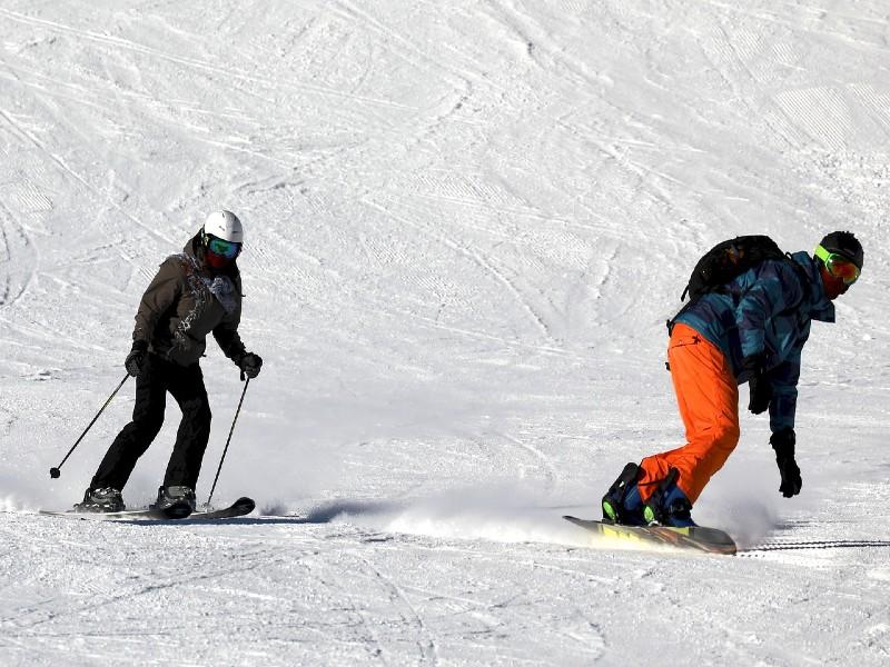 czy snowboard obciąża kolana bardziej niż narty?